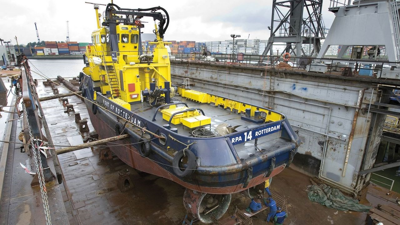 Harbour DSVBrink tug in dock