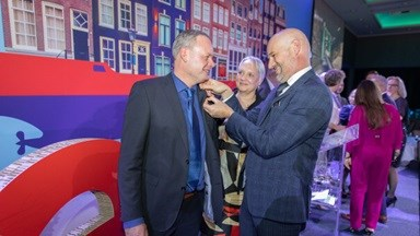 dsam md receives the harbour medal 1