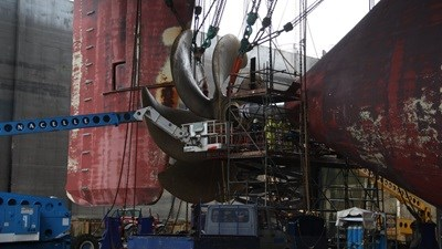Work carried out to 'Emma Mærsk' included the removal, overhaul and refit of the propeller