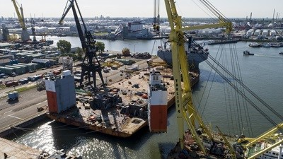 Semi-submersible heavy lift vessel 'White Marlin' at DVR